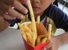 Τα fast food προκαλούν άσθμα, έκζεμα και αλλεργίες στα παιδιά