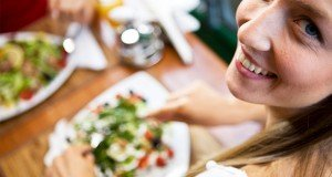 woman-eating-salad5